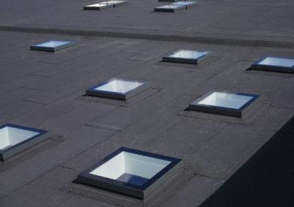 Symmetrisch montierte, festverglaste Design-Oberlichter SkyVision FIXED auf einem Dach mit leichter Neigung.