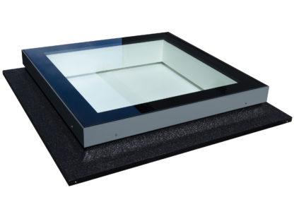 Flachdachfenster SkyVision FIXED. Unterkonstruktion mit Schweißbahn ummantelt (nicht im Preis enthalten)