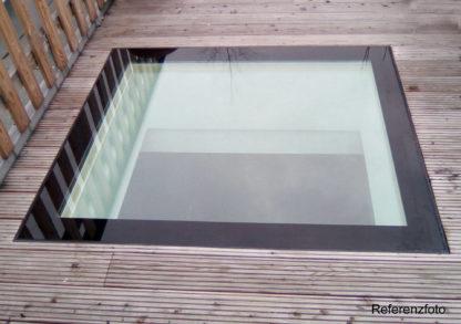 Begehbares Oberlicht SkyVision WALK-ON auf einer Terrasse mit Holzpanelen